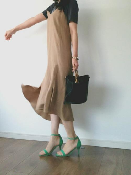 ちょっとムシムシしてきた時期には、リネン素材のワンピースが過ごしやすいです♪アシンメトリーな裾が、歩いた時のシルエットをきれいに見せてくれそう!ベーシックな落ち着いた色合いの中に、グリーンのサンダルが差し色になってキレイですね◎