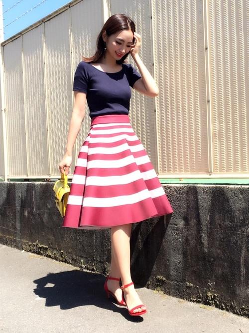ネイビーのリブバレエネックTに赤×ピンクのボーダースカート。レディライクなスカートにも女性らしいネックラインがマッチしていますね。フレンチガーリーなトリコロールコーデです。
