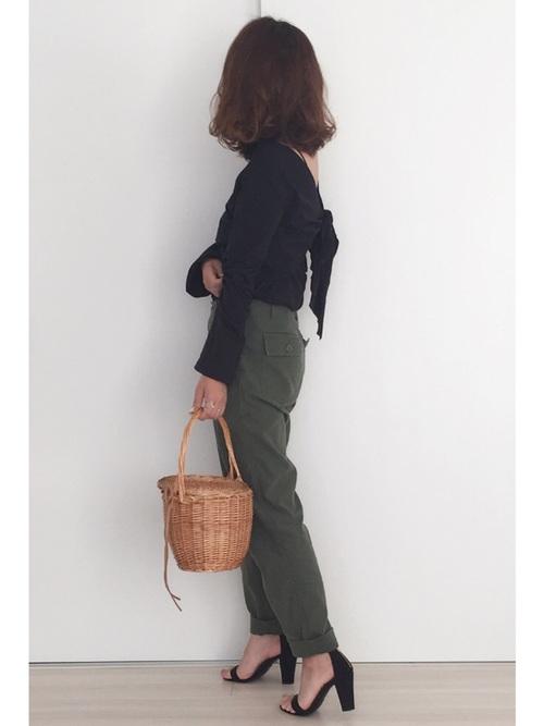 こちらはバックスタイルがリボンになったトップスです。バックのリボンが体にフィットしたラインを作り、女性らしいフェミニンなデザインのトップスです。甘すぎないよう、カーキのボトムスやカゴバックでカジュアルダウンさせているのがいいですね♡