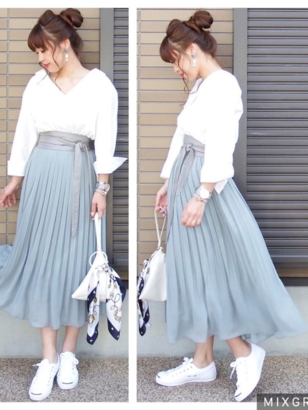 淡いブルーカラーのスカートは素材感もふんわり。柔らかな雰囲気にコーディネートされてますね。