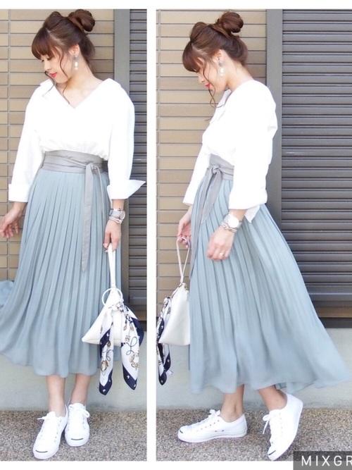 抜け感のあるホワイトシャツにブルーのスカートで爽やかに♪足元はあえてスニーカーを合わせることで、決め過ぎないコーデを作っています。