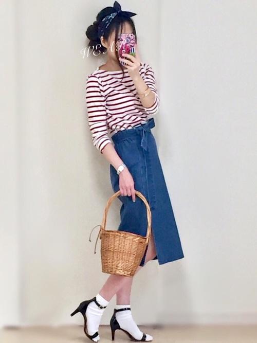 スリット入りがかわいいデニムスカートを使ったカジュアルコーデに、シンプルかわいいサンダルを合わせたコーディネート。そのままでは大人っぽさがあるサンダルも、靴下を合わせることでカジュアルにまとまっています!