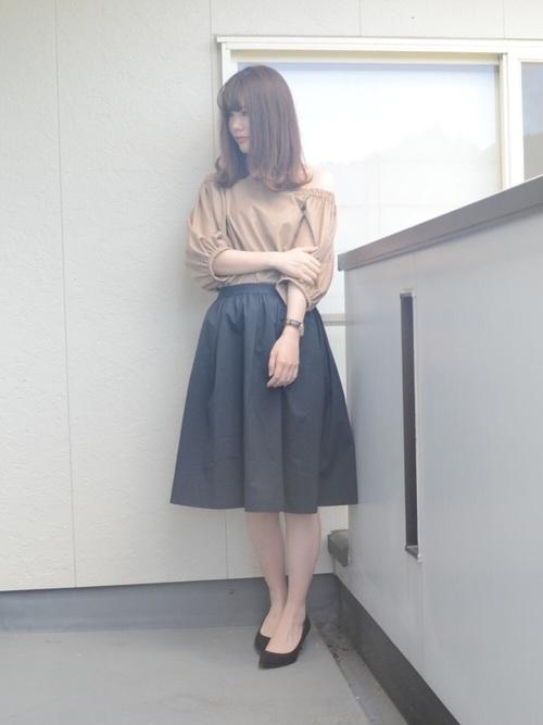 ふわっと広がるガーリーなフレアスカートは濃いめのカラーを選ぶことで甘さを押さえましょう♪ブラック×ブラウンならナチュラルな着こなしに。