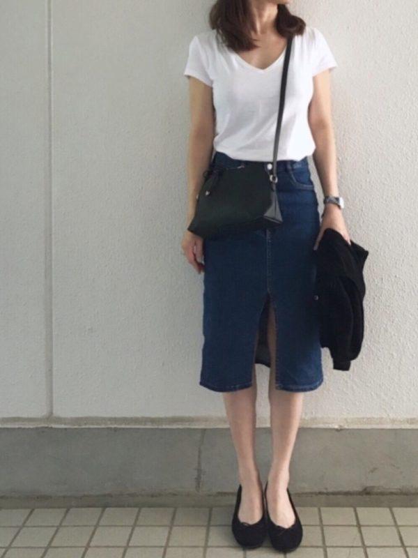 白Tシャツにデニムスリットスカートを合わせたコーデ。定番のデニムをスリットスカートになっただけで、すごく色気のある雰囲気に♪Tシャツも深めVネックで余裕を出して♪大人カジュアルスタイルにぴったり!