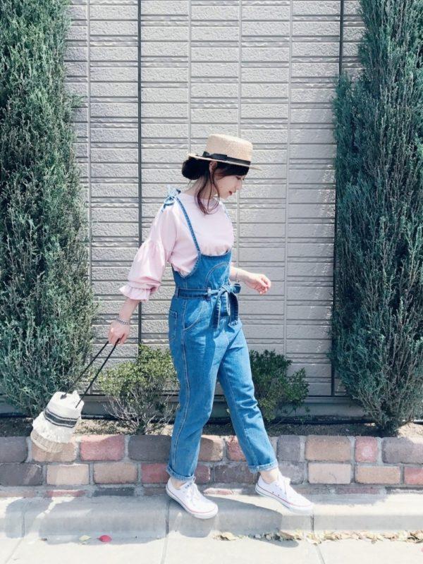 柔らかなピンクカラーのブラウスにデニムサロペットを合わせたコーデ。麦わら帽子を合わせて、休日にぴったりなスタイルに。サロペットは、肩ひもが長めで余裕のあるデザインが大人っぽくて素敵ですね。