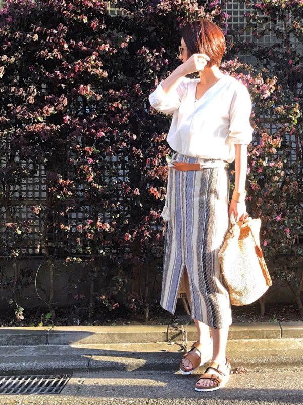 ナチュラルで大人っぽいストライプ柄のスリット入りスカートコーデ。フロント部分にスリットが入ったタイトスカートは、インド製で柔らかな雰囲気に。今の季節にぴったりな1枚です。シンプルなシャツを合わせて、足元はサンダルにしてぬけ感を。