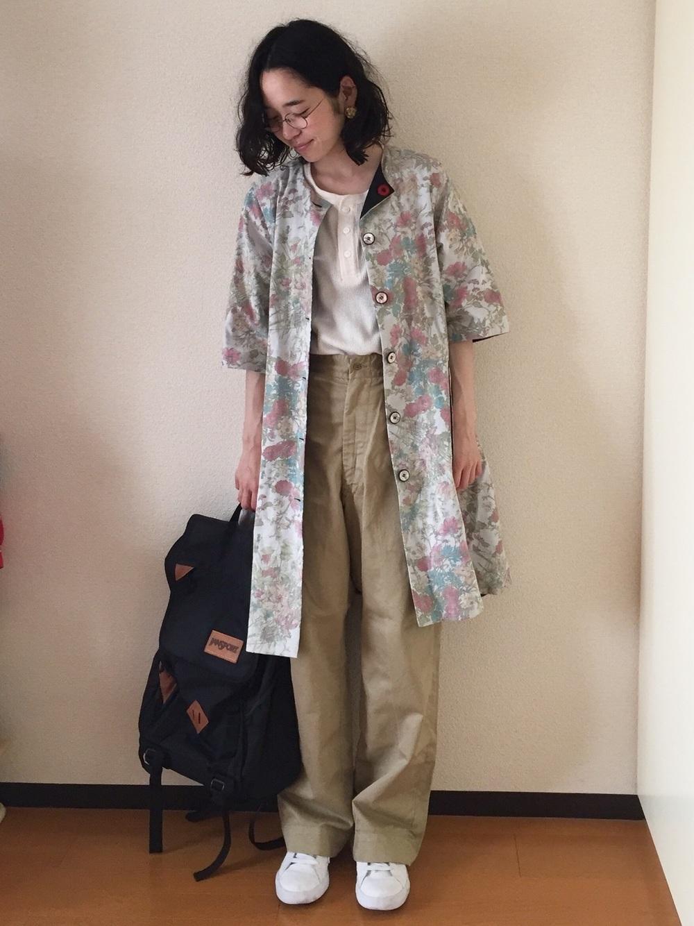 ボタン使いのHanes(ヘインズ)Tシャツも組み合わせ次第でキュートな印象に♪爽やかな印象のフラワーワンピースが女性らしさを演出してくれます。