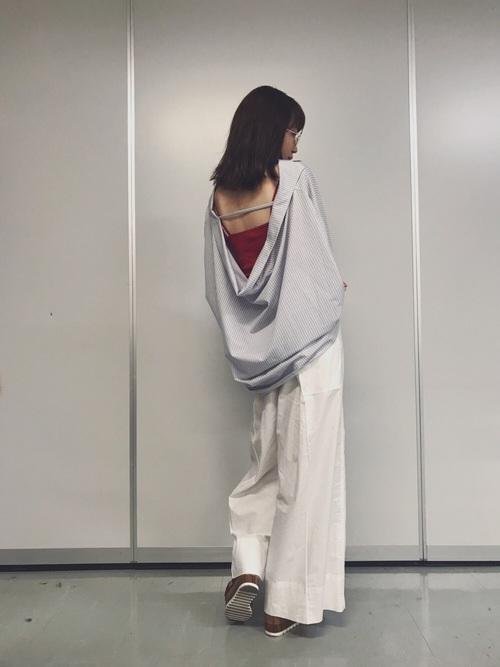 こちらは背中が大胆に開いたバックデザインが印象的なストライプシャツです。ゆったりとしたサイズ感ですので、さらっと着ることができますし、下に合わせるアイテムで変化を楽しめるアイテムですね♡
