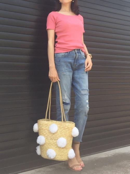 ピンクのリブバレエネックTシャツ×デニム。可愛らしいピンクのTシャツとポンポン付きかごバッグは、ダメージデニムと合わせて甘辛ミックスに。