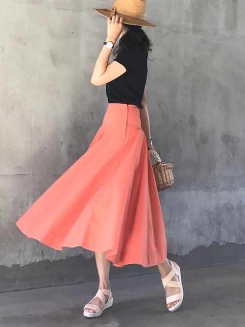 黒のリブバレエネックTシャツにオレンジのスカートを合わせて。上下ユニクロコーデです。コンパクトなリブトップスは、もちろんトレンドのフレアスカートとも相性◎。キレイなカラースカートでフィット&フレアの今年らしいシルエットに。