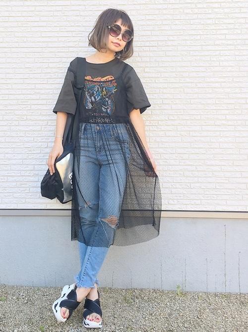 プリントTシャツにも、合わせやすい!ダメージデニムの上にあわせると、透け感がプラスされて個性的な印象に。