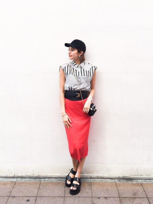 鮮やかなレッドのスカートにテキスタイルのシャツの華やかなコーディネートにシンプルなポシェットが◎足元にはボリューム感のあるサンダルをプラス!!ウエストのベルト使いもポイントです。