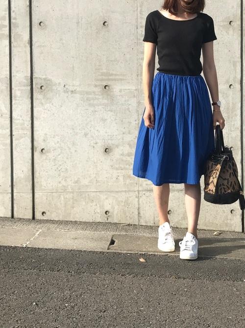 黒のリブバレエネックT×トレンドのアビスブルーのスカートで。足元は白スニーカーで軽く見せて大人カジュアルに。