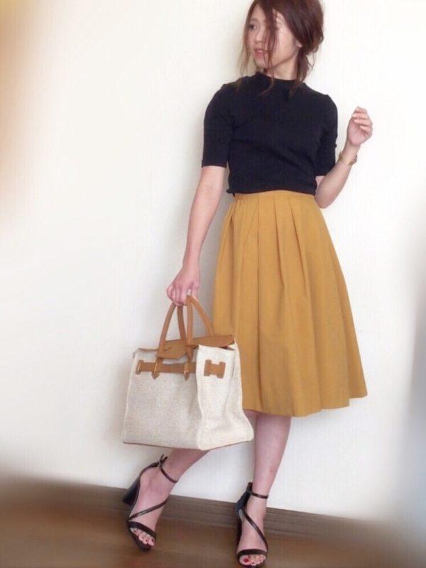 イエロースカートを主役に大人感の高いコーディネートです。ヒールサンダル使いで更に女性の色気を演出。エディターズ風バックの素材感も夏らしいアイテムです。
