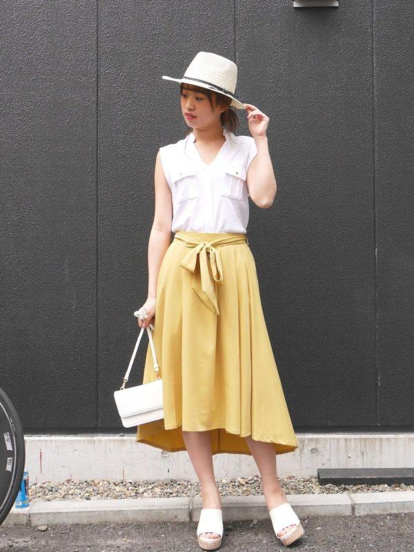 イエローのスカートが主役のコーディネート。帽子・トップス・サンダルと合わせてバッグもホワイトカラーに!爽やかな印象に仕上げてくれる大人スタイル♪