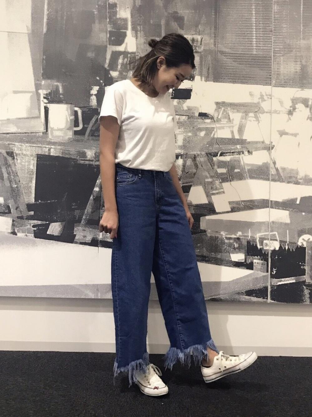 デニム×Tシャツのシンプルなスタイル!デニム裾の切り口がオシャレ度が高い大人カジュアルコーデ。