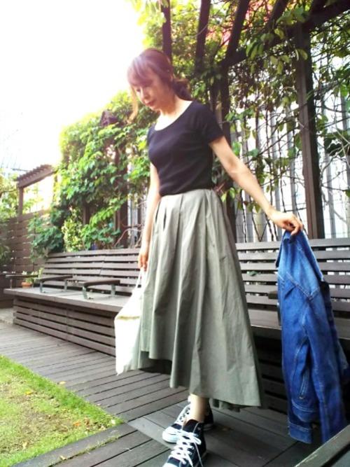 黒のリブバレエネックTシャツとカーキのフィッシュテールスカートで。足元も黒のコンバースにして、シックな色合いながらもスカートを引き立たせています。