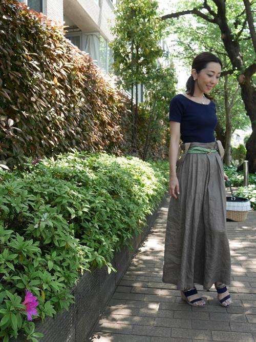 こちらはスカートではなくワイドパンツですが、ネイビーのリブバレエネックTを合わせてフィット&フレアなバランスに。ベルトをアクセントにしたナチュラルな装いに仕上げています。