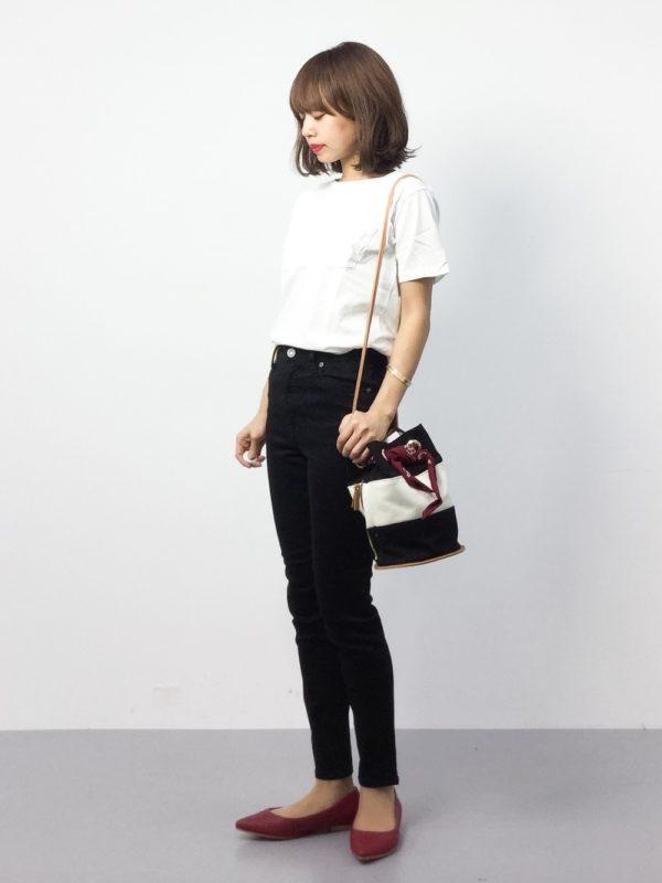 キリッと爽やかなホワイトTシャツをインした白×黒のバイカラーコーディネート。パンプス&バック使いに赤い差し色を加えたオシャレコーデ♪