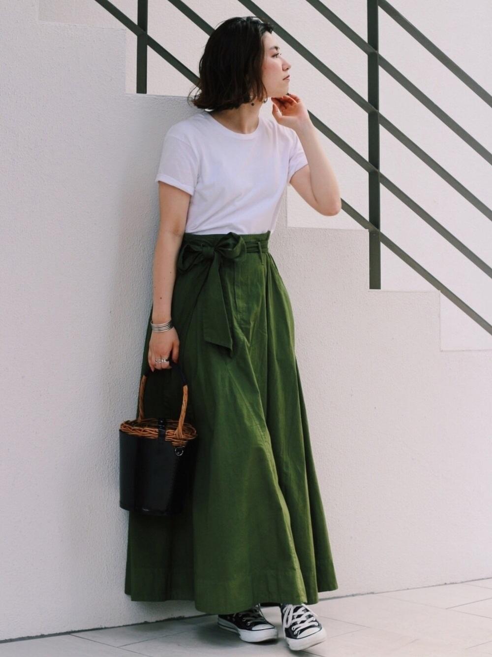 マキシ丈のスカートが光るコーディネートにさりげなく合うヘインズ(Hanes)Tシャツ。大人感の漂うコーディネートです。