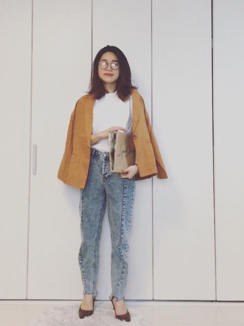 ダサかわマムデニムに、鮮やかなイエローのジャケットを合わせた、きれいめカジュアルなコーディネートです。テーラードジャケットとメガネの組み合わせが、知的な雰囲気を出していてとってもおしゃれ☆