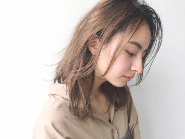 女性の柔らかさを出したスタイリングです。長い前髪も、オイルで軽くなじませることで顔まわりにルーズな雰囲気が出るので、上品かつカジュアルなおしゃれスタイルになりますよ!