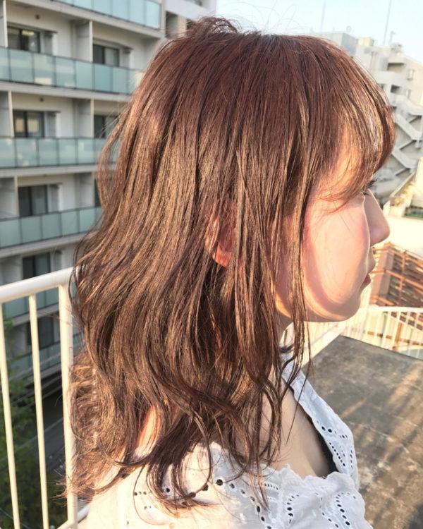 毛先が軽めのミディアムの毛先に、オイルを軽く揉み込んだ髪型です。レイヤーが入った毛先だと跳ねやすいですが、カジュアルにオイルでスタイリングすることで跳ねた毛先もおしゃれに♪
