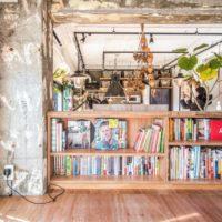 かさばるたくさんの本も、おしゃれな本棚を使ってすっきり収納♪