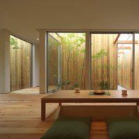 室内を広く見せたいなら、開放感のあるガラス張りにしてみては?