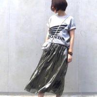 大人カジュアルで可愛い「ロゴTシャツ×スカート」コーデ♡おすすめコーデを今すぐチェック!