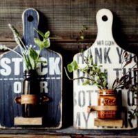 【連載】100均リメイク!季節のお花が楽しめる!?まな板で作る壁掛けフラワースタンド!