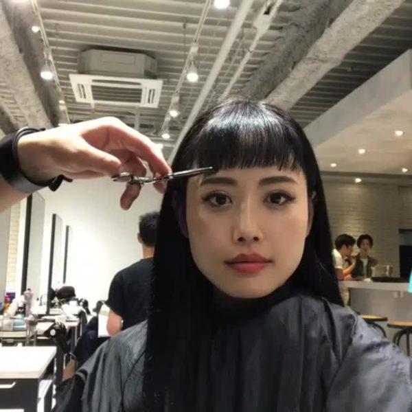 斜め前髪をカットで作る4
