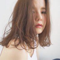 マンネリを吹き飛ばす!伸ばしかけのミディアムヘアを彩るヘアスタイル15選