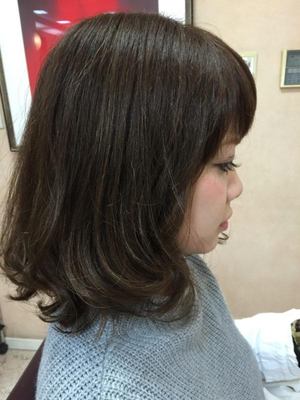 軽やかなミディアムヘア