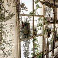 お気に入りの窓辺に♪シンプルな窓枠はDIY で素敵にイメージチェンジ☆