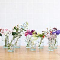 清涼感を出すフラワーベース選び。夏の暑さを癒してくれるお花を飾ってみましょう