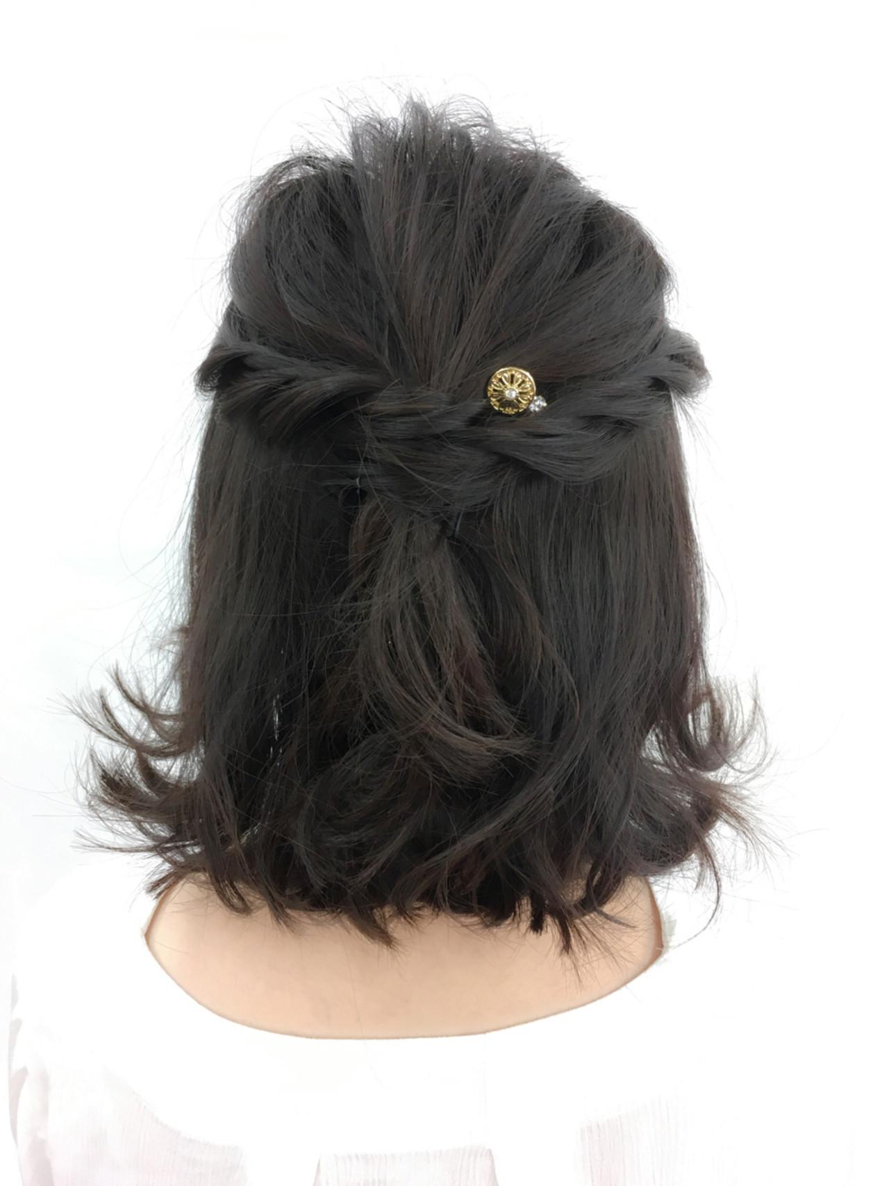 こちらも簡単なねじり編みだけを使った結婚式アレンジです。パールのヘアアクセサリーもいいですが、小さめのピンをちょこんとつけるだけでも充分可愛らしい仕上がりに結び目に髪を巻いて、ゴムを隠すのもポイント。
