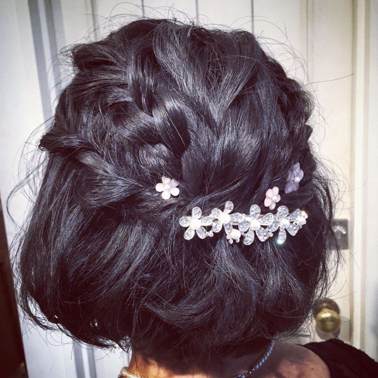 小さな花が集まったような可愛らしいデザインのバレッタをつけると、ぐっと可愛らしい仕上がりに。黒髪に白の花がよく映えますよ。