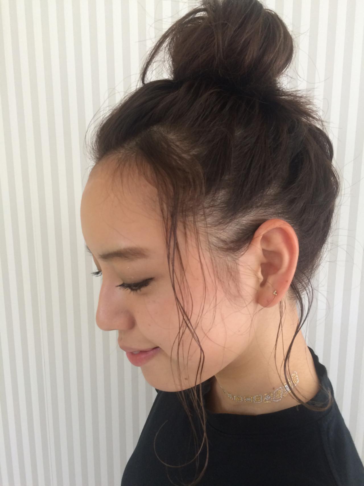 前髪もぐっとまとめて高めおだんごにすると明るい印象に。顔まわりがすっきりとするため、清潔感がりますね。きれいにまとめるときっちりとした仕上がりに、ざっくりとまとめるとこなれ感を演出することができます。