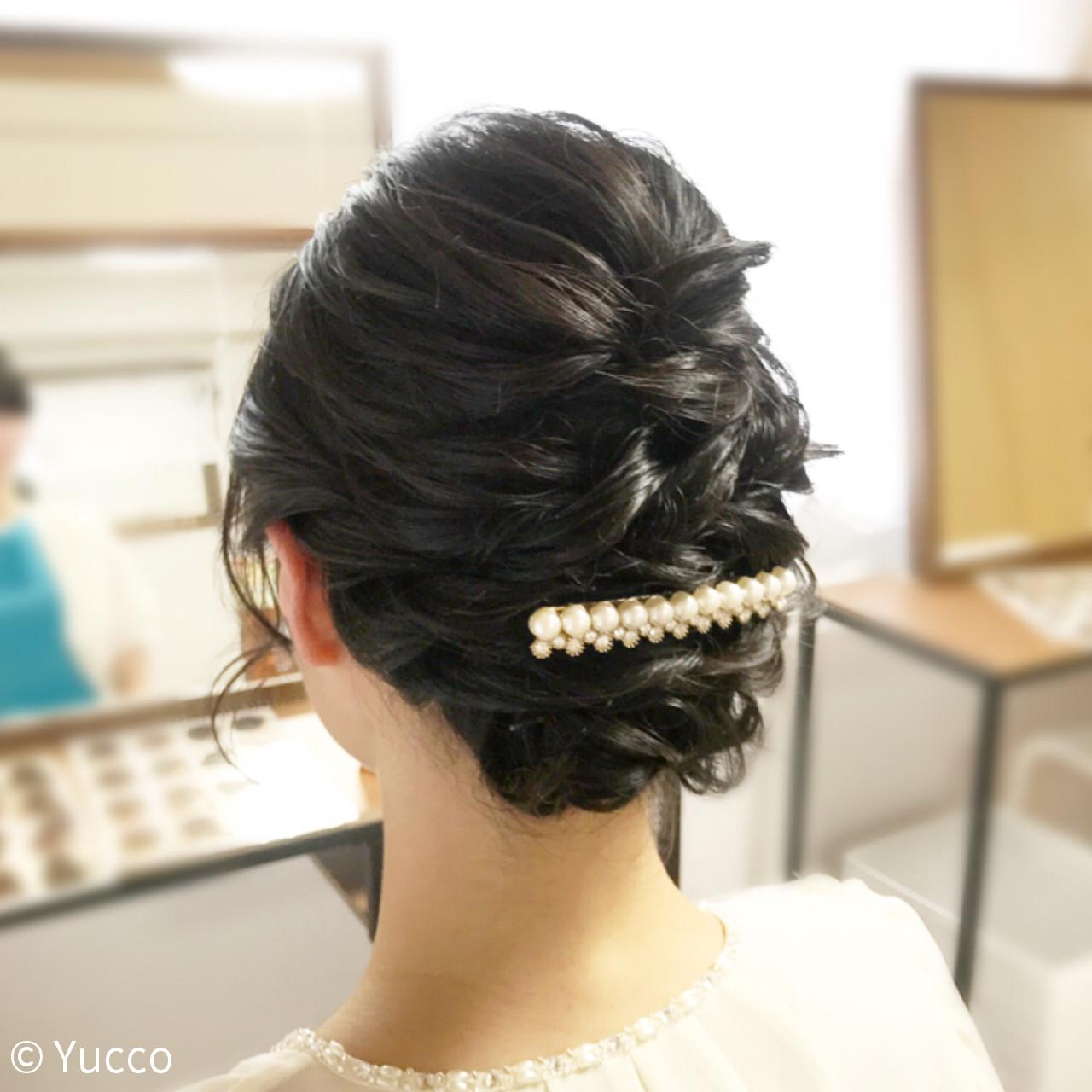 結婚式にも使えるヘアレンジでよく用いられるヘアアクセサリーといえば、パールアクセサリーです。清潔感があり、上品なパールバレッタはつけるだけでぐっとエレガントさがアップしておしゃれな仕上がりに。