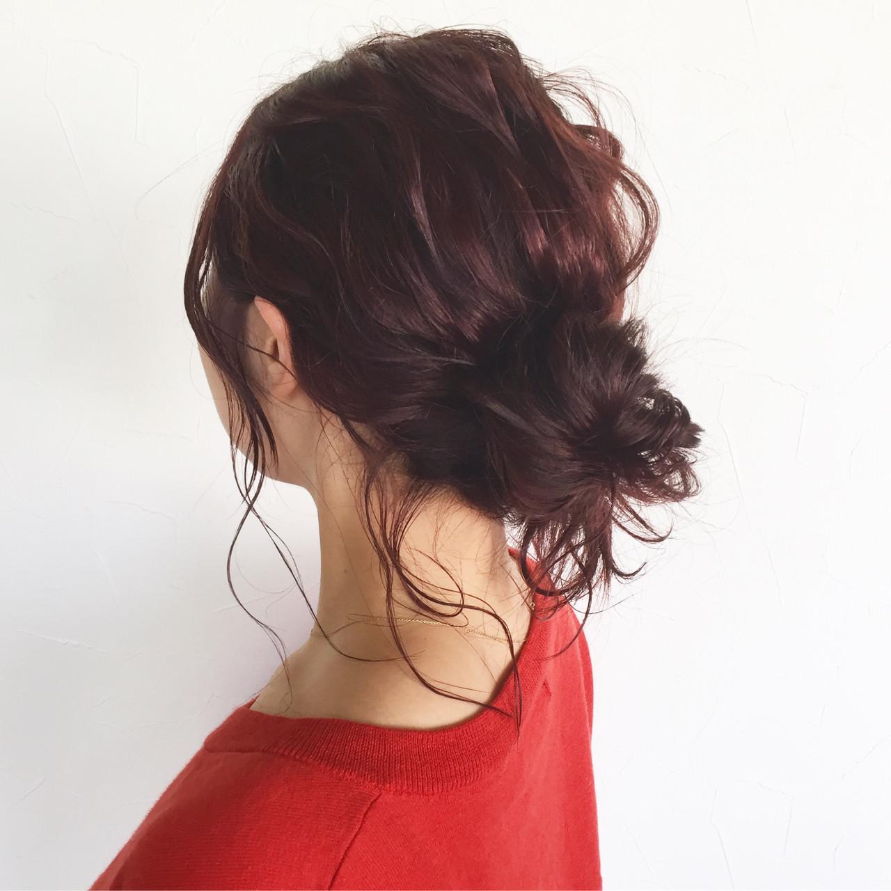 おだんごを作るとき、あえておくれ毛を作ることで大人っぽく、こなれた印象になりますよ。落ち着きのあるダークカラーでも、おくれ毛を作ることで重くなることがありません。また、女性らしさもプラスできます。