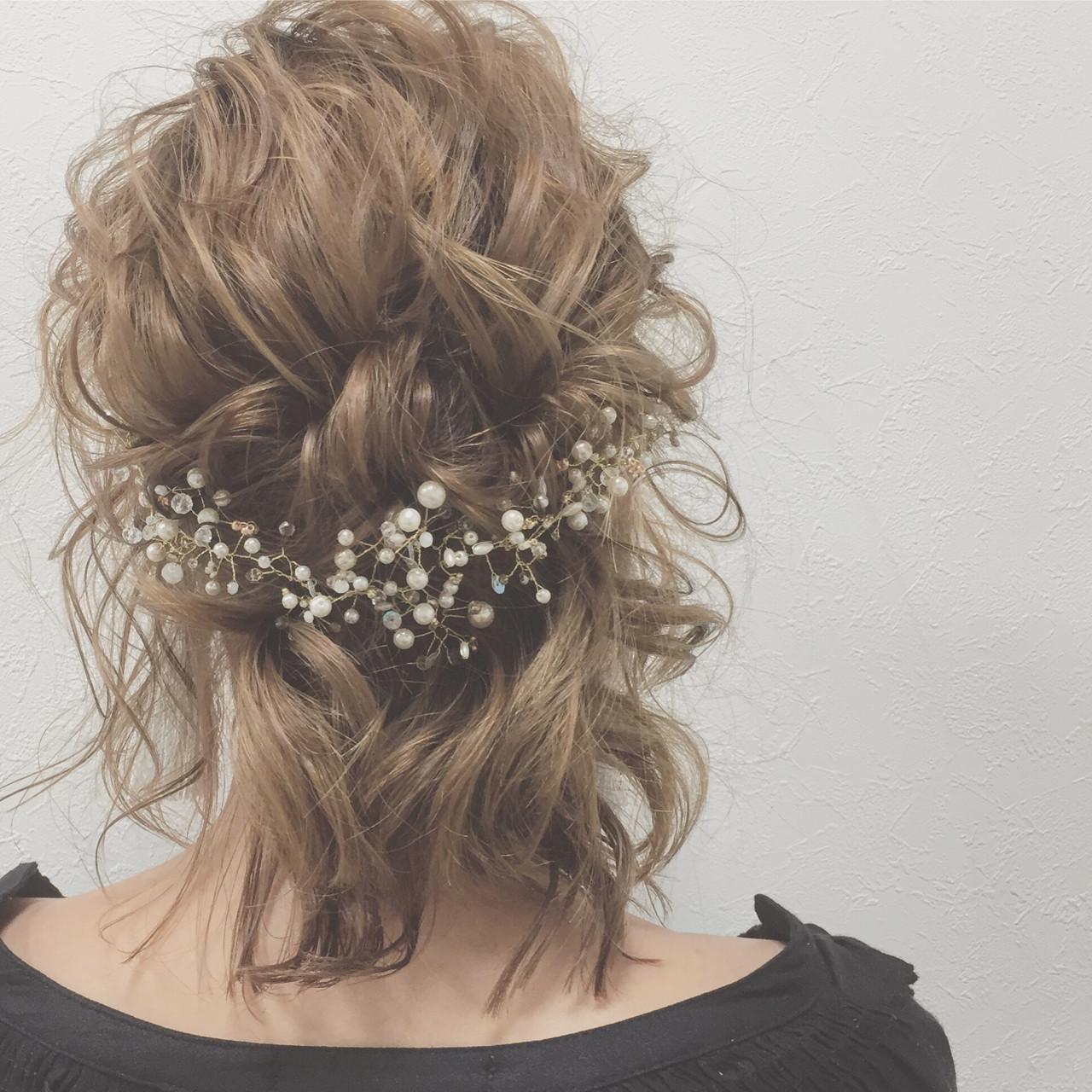 トレンドライクなバックカチューシャは、デザイン次第では結婚式でも使うことができます。こちらは、小枝にパールなどがついている可愛らしいもの。清楚で落ち着きのあるデザインで、結婚式にもおすすめですよ。