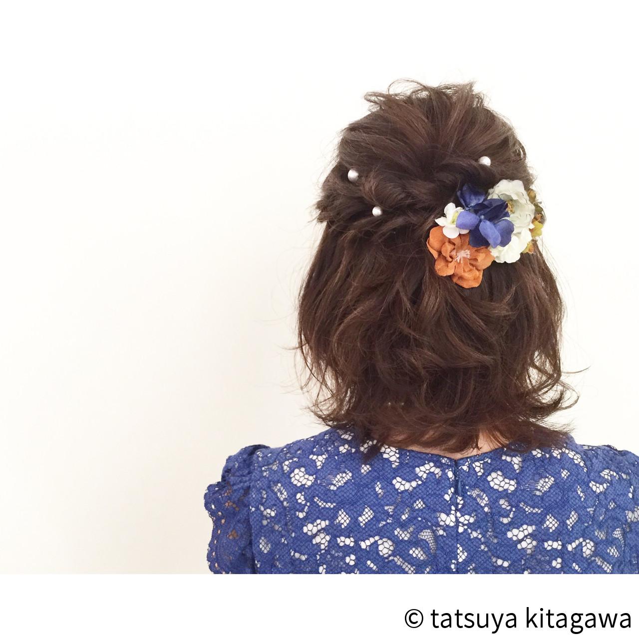 ふわふわと可愛らしいボブには、パールを散らすだけではなく花を添えるのも素敵ですね。大きなヘアアクセサリーをつける分、ヘアアレンジは落ち着いたものにするとバランスが整いますよ。