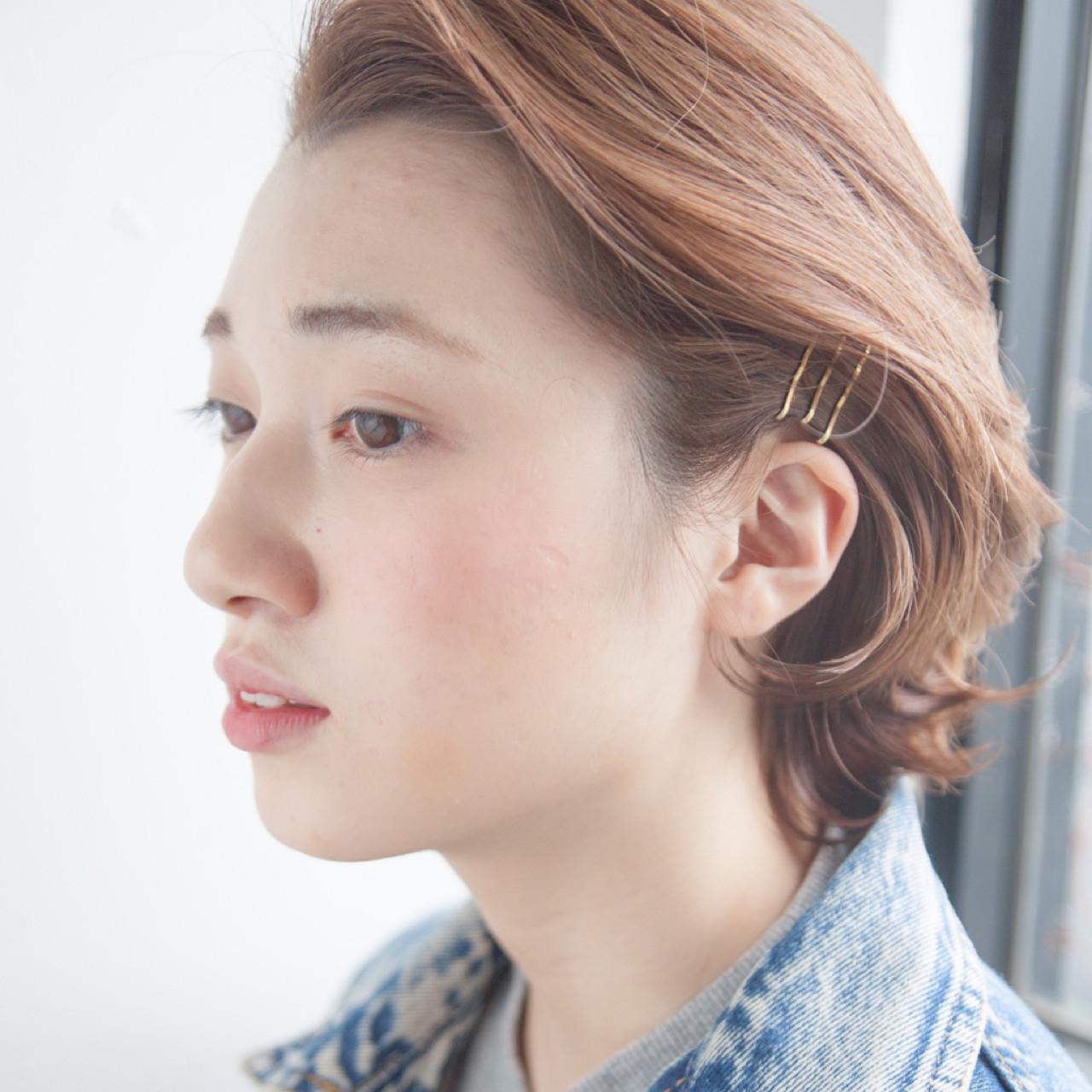 ゴールドピンは、さりげなくつけることができるのも魅力の1つです。サイドを耳にかけ、ゴールドピンをつけると髪をおさえることもできますよ。ちらりとみえるゴールドピンがシンプルなボブのアクセントになります。