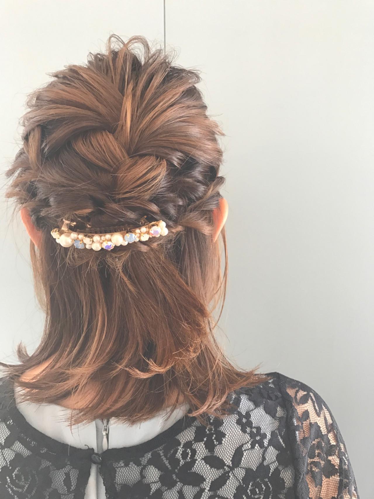 爽やかなバレッタをつけた上品なヘアアレンジです。トップにはボリュームをだし、毛先はすっきりとボリュームを控えめにすることで、全体のバランスもきれいに整いますよ。