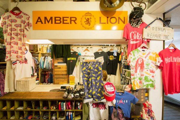 82e460c604410 ジーンズやシャツ、ブーツやサングラスなどが所狭しと並んでいます。アットホームなお店で、店員さんとの会話を楽しみながらショッピングができますよ。