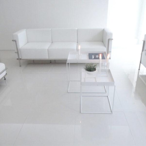 部屋を広くみせるホワイト家具