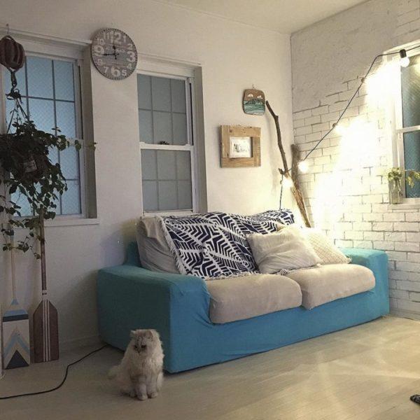 ブルー系など後退色の家具はリビングの圧迫感を減らせる
