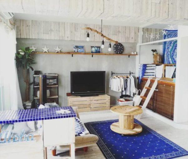 ブルー系など後退色の家具はリビングの圧迫感を減らせる3
