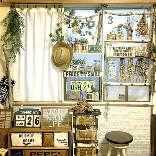 壁に飾って見せる収納11